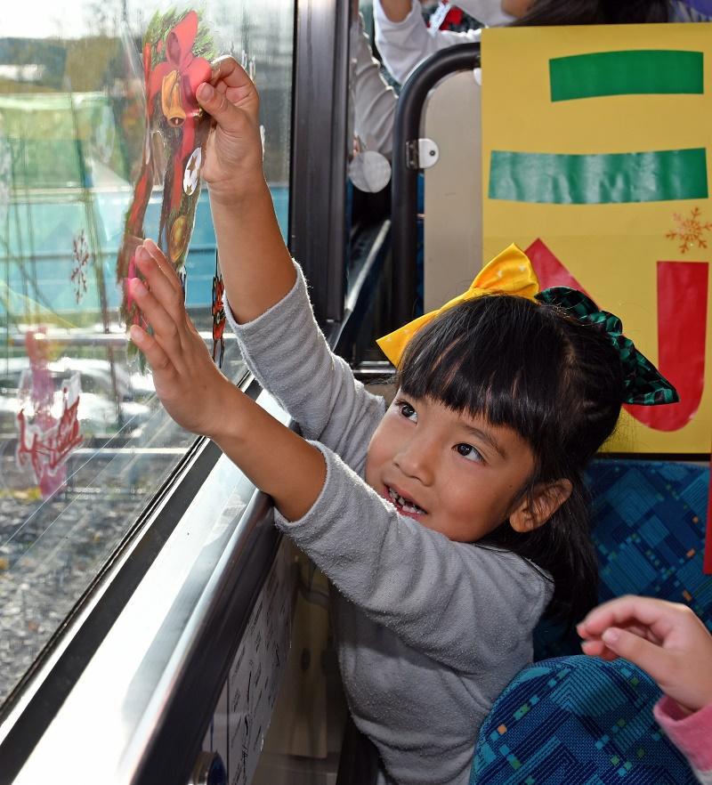画像:園児がバスをクリスマス仕様にアレンジしました!