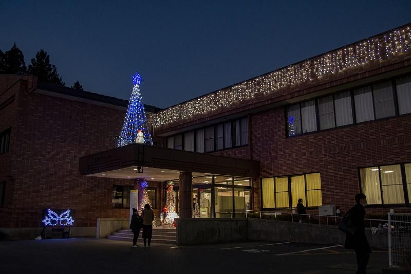 画像:小久慈市民センターがライトアップされました。