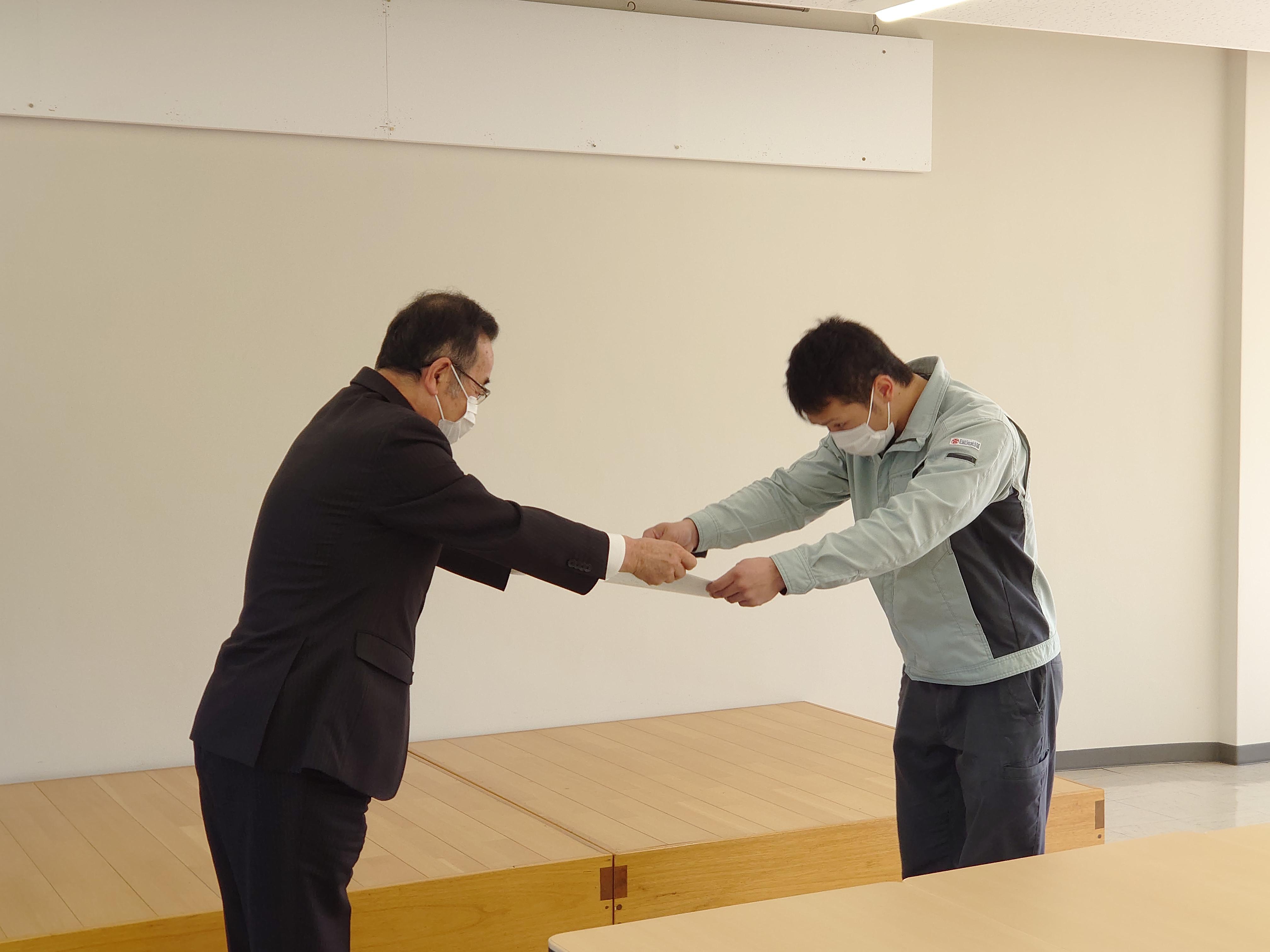 画像:令和2年度新卒者雇用支援奨励金贈呈式を行いました。